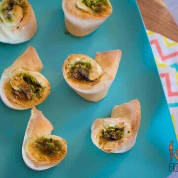 Zucchini, za'atar and cheese scrolls, the perfect combination for an extra veggie hit in the lunchbox. Freezer friendly and kid friendly, they are simply delicious! #kidsfood #familyfood #lunchbox #snack #yoghurtdough #scrolls