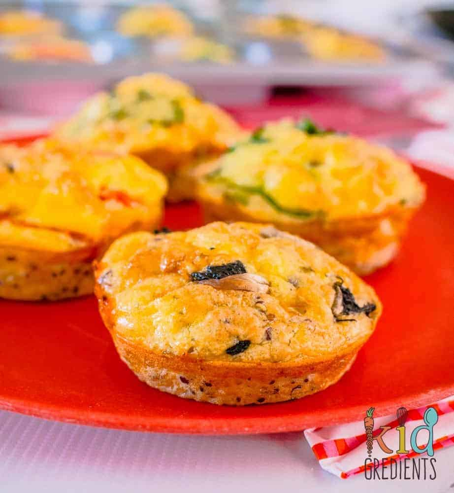 5 ingredients eggy quinoa cups. The perfect gluten free, freezer friendly snack, breakfast or lunchbox item. Packed with veggies and protein!