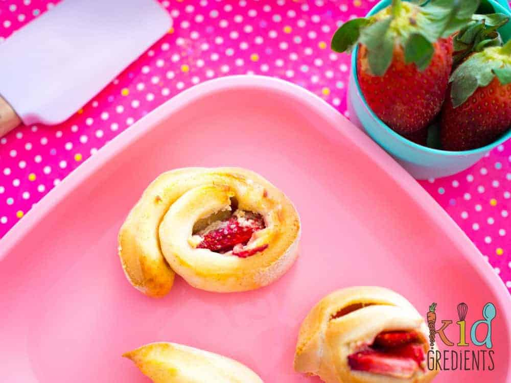 These 5 ingredient strawberry scrolls are delicious and easy to make! Freezer friendly and great for popping in the lunchbox. 5 simple ingredients that make the strawberries shine! #recipe #lunchbox #strawberry #yoghurtdough #scrolls #kidsfood #kidfriendly #blw