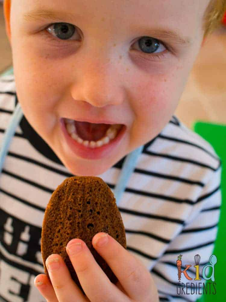 Low sugar chocolate madeleines, the perfect combo of cake and biscuit, delicious with coffee, perfect in the lunchbox! Freezer friendly and extra kid friendly easy to make recipe. #recipe #kidsfood #madeleines #snack